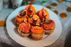 Abóbora, queques saborosos da laranja doce com frutos de creme e cristalizados fotografia de stock