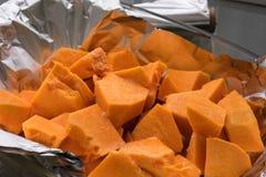 Abóbora recentemente cortada com açúcar para cozer Fotografia de Stock Royalty Free