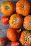 Abóboras alaranjadas orgânicas na tabela de madeira, fundo da abóbora da ação de graças, colheita do outono Foto de Stock