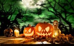 Abóboras assustadores do Dia das Bruxas em pranchas de madeira Imagens de Stock