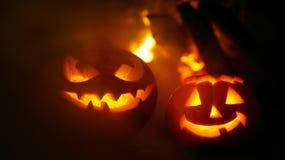 Abóboras assustadores do Dia das Bruxas perto de uma chaminé Fotografia de Stock