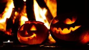 Abóboras assustadores do Dia das Bruxas perto de uma chaminé Fotos de Stock Royalty Free