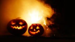 Abóboras assustadores do Dia das Bruxas perto de uma chaminé Imagens de Stock Royalty Free