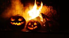 Abóboras assustadores do Dia das Bruxas perto de uma chaminé Foto de Stock Royalty Free