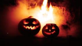 Abóboras assustadores do Dia das Bruxas perto de uma chaminé Imagem de Stock Royalty Free