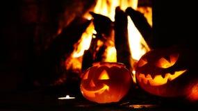 Abóboras assustadores do Dia das Bruxas perto de uma chaminé Foto de Stock
