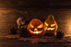 Abóboras cinzeladas de Dia das Bruxas em um fundo de madeira escuro Imagens de Stock