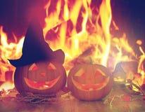 Abóboras cinzeladas do Dia das Bruxas na tabela sobre o fogo Foto de Stock Royalty Free