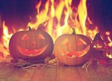 Abóboras cinzeladas do Dia das Bruxas na tabela sobre o fogo Imagem de Stock Royalty Free