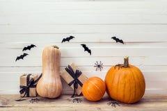 Abóboras com caixas de presente e aranha em uma tabela de madeira Backgroun Fotos de Stock Royalty Free