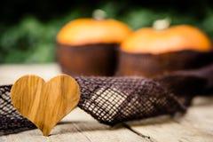 Abóboras com juta na tabela de madeira Imagens de Stock