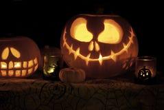 Abóboras da lanterna de Jack o na tela da teia de aranha Imagens de Stock