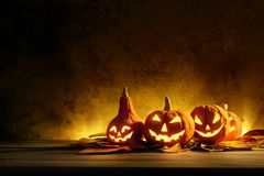 Abóboras de Dia das Bruxas da noite assustadores em de madeira fotografia de stock