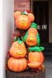 Abóboras de Dia das Bruxas de mascote do caráter de Disneylândia de Mickey Mouse e de amigos Foto de Stock