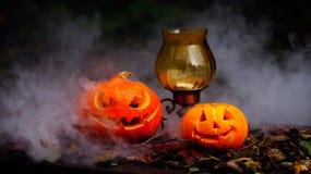 Abóboras de Dia das Bruxas na tabela de madeira Foto de Stock