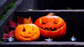 Abóboras de Dia das Bruxas nas etapas de madeira em uma floresta assustador Fotos de Stock Royalty Free