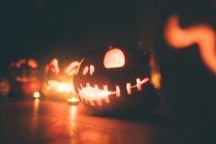 Abóboras de Ghost em Dia das Bruxas ead Jack no fundo escuro Decorações internas do feriado fotografia de stock