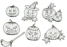 Abóboras do Dia das Bruxas do desenho com chapéu, vassoura, sorrisos e as caras assustadores fotografia de stock royalty free