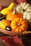 Abóboras do Dia das Bruxas do outono no fundo de madeira Imagem de Stock Royalty Free