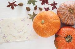 Abóboras e folhas de outono no fundo de madeira ação de graças e conceito do Dia das Bruxas Imagem de Stock