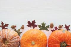 Abóboras e folhas de outono no fundo de madeira ação de graças e conceito do Dia das Bruxas Foto de Stock Royalty Free