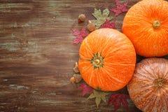 Abóboras e folhas de outono no fundo de madeira ação de graças e conceito do Dia das Bruxas Imagens de Stock Royalty Free