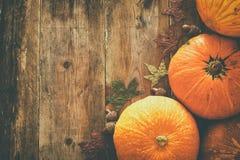 Abóboras e folhas de outono no fundo de madeira ação de graças e conceito do Dia das Bruxas Fotografia de Stock