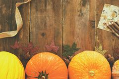 Abóboras e folhas de outono no fundo de madeira ação de graças e conceito do Dia das Bruxas Vista superior Imagens de Stock