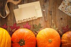 Abóboras e folhas de outono no fundo de madeira ação de graças e conceito do Dia das Bruxas Vista superior Fotografia de Stock Royalty Free