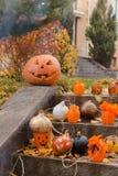 Abóboras e outros artigos da decoração para Dia das Bruxas Imagem de Stock