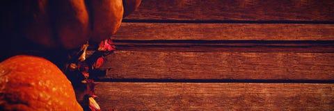 Abóboras e pétalas na tabela de madeira Fotos de Stock