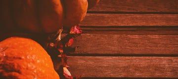 Abóboras e pétalas na tabela de madeira Foto de Stock Royalty Free