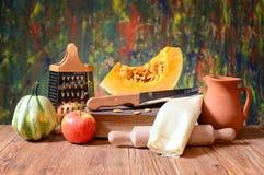 Abóboras e utensílios decorativos da cozinha Fotografia de Stock