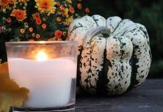 Abóboras e velas decorativas do Dia das Bruxas Conceito do outono imagem de stock