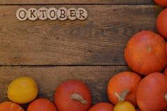 Abóboras em pranchas de madeira com palavra OKTOBER imagens de stock