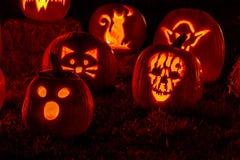 Abóboras iluminadas de Dia das Bruxas com velas Fotografia de Stock Royalty Free