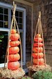 Abóboras lindos empilhadas em uns potenciômetros Fotografia de Stock