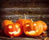 Abóboras para o Dia das Bruxas com caras assustadores Imagem de Stock