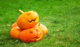 Abóboras para o Dia das Bruxas no fundo da grama verde Imagem de Stock Royalty Free