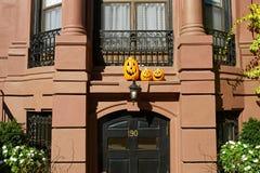 Abóboras perto da porta para Dia das Bruxas Fotos de Stock Royalty Free