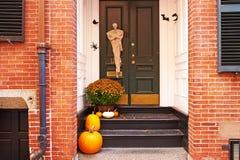 Abóboras perto da porta para Dia das Bruxas Imagem de Stock
