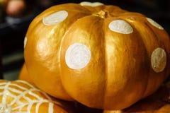 Abóboras pintadas bonitas do branco e da cor do ouro no Dia das Bruxas Fotografia de Stock Royalty Free
