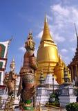 Ab?bada & protetores dourados do templo no pal?cio grande Fotos de Stock