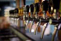 Aba da cerveja na barra foto de stock royalty free
