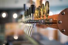 Aba da cerveja na barra imagens de stock