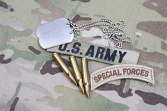 Aba das forças especiais de EXÉRCITO DOS EUA, remendo da bandeira, com etiqueta de cão e 5 círculos de 56 milímetros no uniforme Fotografia de Stock