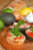 Abacate, ciabatta, guacamole, camarão, atum, salada do tomate fotos de stock royalty free