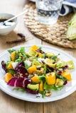Abacate com salada da manga, do Rocket e da noz Imagens de Stock