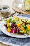 Abacate com salada da manga, do Rocket e da noz Imagem de Stock