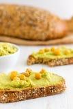 Abacate cremoso saudável Hummus no pão Fotos de Stock Royalty Free